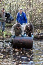 Ramassage de déchets dans les marais
